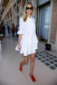 eva-riccobono-model-off-duty-street-style-white-dress-casual-look-festival-venezia-2013